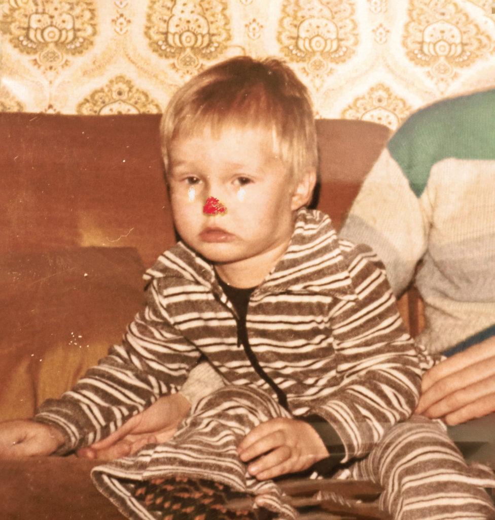 Äiti, kuva alkaa juosta. Lastenrunoja -teoksen kansikuva. Vanha valokuva pienestä surullisesta pojasta.